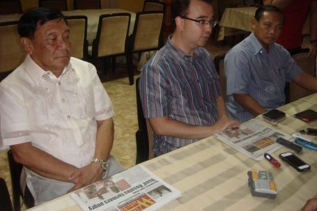 ANTI-PORK SENATOR: Senator Peter Cayetano (center) answered media men in Pangasinan about the evils brought by the traditional pork-barrel system among senators and congressmen. Cayetano is flanked by Pangasinan Governor Amado T. Espino (left) and Rep. Leopoldo Bataoil (2nd District, Pangasinan) (right). MORTZ C. ORTIGOZA