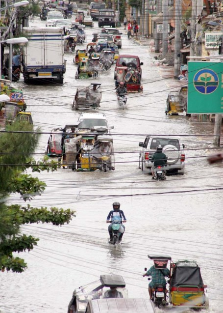 Motorists cruise along flooded A.B.Fernandez West in Dagupan City last August 22. Several areas in the city were underwater as caused by heavy rains during the past days and due to hightide.CESAR RAMIREZ