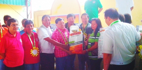 Governor Amado T. Espino Jr.,  Sta. Maria Mayor  Teodoro Ramos, Abono Partylist Chair Rosendo O  So,  Vice Governor Jose Ferdinand Z. Calimlim Jr.  and Board Member Ranjit Ramos Shahani turn over  a bag of corn seeds to farmers during the launching of the 3rd Phase of the Corn Production Program in Sta.  Maria last September 26