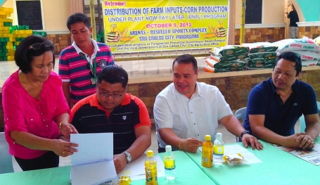 """San Carlos City Vice Mayor Joseres """"Bogs """" Resuello signs the memorandum of agreement (MOA )on corn production program  in behalf of San Carlos City with Vice Governor Jose Ferdinand Z. Calimlim Jr. and Abono Party list Chair Rosendo O. So last October 9 while the other photo shows San Fabian Mayor Constantine Agbayani (left )and Manaoag Mayor Kim Mikael Amador (3rd from left )  and Romy Co (extreme left ), Vice President of National Federation of Hog Raisers Inc. (NFHRI ) sign the MOA  last October 8 in Manaoag during the distribution of corn seeds and fertilizers. VIR MAGANES"""