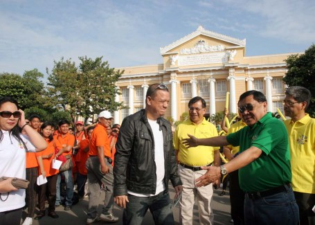 "Gov. Amado Espino  leads  officials and employees in welcoming the 1st Voice of the Philippines' grand winner Michael ""Mitoy"" Yonting during the regular flag-raising ceremony in front of the provincial capitol building in Lingayen to personally thanked Pangasinenses for their support. Yonting, more popularly known on his nickname Mitoy, hails from Calasiao town.CESAR RAMIREZ"