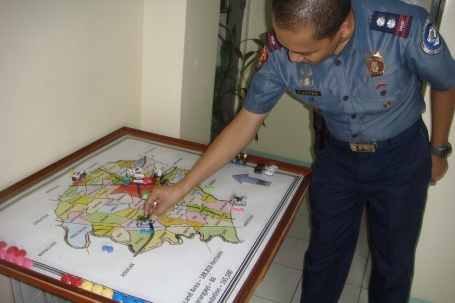 PNP PATROL 101: Supt. Rodolfo Castro, San Carlos City police chief, explains how members of the four-man squad rove strategic  locations in the city to maintain peace and order situation. MORTZ C. ORTIGOZA