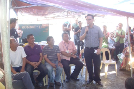 SEED MONEY. Senator Peter Alan Cayetano speaks before members of the  Ulopan ng Sumisigay Ed Dagupan,  Inc. (USADA) in Dagupan City after he turned over the financial assistance to the group'spresident,  Ronaldo Cayabyab (2nd from left).Mortz C. Ortigoza