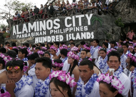 Some 200 couples get ready to participate in the beach mass wedding ceremony last February 14 at Quezon Island at the picturesque Hundred Islands National Park in Alaminos City.CESAR RAMIREZ