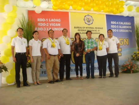 LOT FOR BIR EASTERN PANGASINAN: A Filipino Chinese couple (4th and 3rd from Right) in Urdaneta City donated a sizeable lot in Brgy. Anonas in the city where the Bureau of Internal Revenue's Revenue District Office - 6 can relocate due to its limited office space in the city proper. Leading in the giving of plaque of appreciation is BIR Assistant Commissioner Nelson Aspe (4th from Left). Other of the tax agency's personalities are RDO-4 chief Renato Molina, Assistant RDO-4 chief Charmaine dela Torre, and Region 1 Director Arnel Guballa. The giving of plaque was part of the BIR's launching of its Register, File, and Pay program in recently at the regional office in Calasiao, Pangasinan. MORTZ C. ORTIGOZA