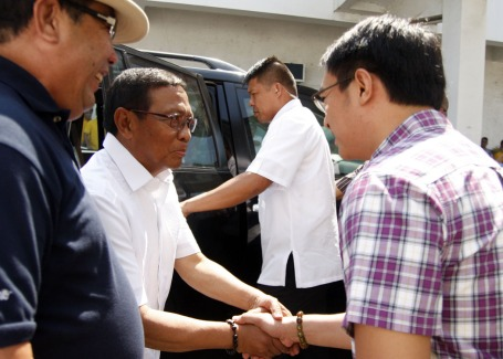 Vice President Jejomar Binay is welcomed by Calasiao Mayor Mark Roy Macanlalay during his visit in the town last April 8 where he visited the repaired and rehabilitated senior citizen building and turned-over four wheelchairs and some health equipment. Binay helped in the funding for the repair and rehabilitation of the said building.CESAR RAMIREZ binay2.JPG: WHEELCHAIRS. Vice President Jejomar Binay turn-over four wheelchairs and other health equipment for senior citizens during his visit in Calasiao town last April 8. With Binay in photo are Calasiao Mayor Mark Roy Macanlalay(in checkered polo); Ernesto Brosas(2nd from left, 2nd row), president of Federation of Calasiao Senior Citizen; and other officers and members of the senior citizens. CESAR RAMIREZ