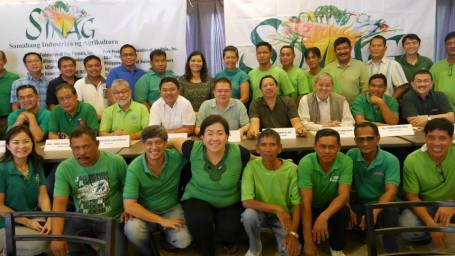PILLARS OF PHILIPPINE AGRICULTURE- The stakeholders of the country's agriculture  who are members of the Samahang Industriya ng Agrikultura (Sinag) pose after one of their consultative forums. Sitting at the presidential table are (left to right): Mr. Val Tolentino  ( Aqua ) , Atty. Jose Elias Inciong ( Sinag -Poultry) , Mr. Geogie San Diego ( Sinag-Egg ) , Rep.Nikki Briones (AGAP Partylist) , Mr. Joji Co ( Sinag-Rice) , Mr. Rosendo O. So ( Sinag President) , Mr. Vicente P. Mercado ( Sinag-Swine) , Mr. Ponciano V.Onia Jr. (Farmers'. Group) and Bobby Castro. BACK ROW: ASEC Gina dela Cruz (8th from left, National Anti-Poverty Commission), Mars Mendoza (9th from left, Fair Trade Alliance. FRONT ROW, seated: Sharon Tan (left, daughter of business tycoon Lucio Tan and Durian Tan (4th from left).