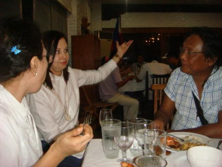 RUBBING ELBOWS WITH THE PRESS.  Fifth District Rep. Kimi Cojuangco (center) in an animated conversationwith the members of the media at the house of the Cojuangcos last October 6 in Sison.