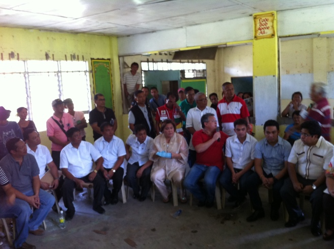 PLEDGES. Former Congressman Mark Cojuangco (red shirt) promised P1 million for the repair of the Bayambang Central School while SINAG President Rosendo So (extreme left) said his organization pledged P400 thousand. The two were accompanied by Bayambang's town council led by Vice Mayor Mylvin Junio (5th from left). MORTZ C. ORTIGOZA