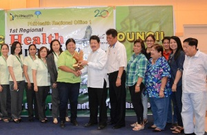 DAGUPAN IS AGILA AWARDEE. Mayor Belen T. Fernandez (center, left) receives from PhilHealth Regional vice-president Dr. Leo Douglas Cardona (center, right) the first Agila trophy award for being the best forerunner in sponsored program implementation under the city category. Dagupan City was the first and the only city to have received such honor during the 1st Regional Health Financing Summit 2015 in La Union on May 28. Joining Fernandez are City Health Officer Leonard L. Carbonell, City Engineer Virginia V. Rosario, Technical Consultant for Health Caressa Joy Calugay, CSWD officer-in-charge Leah T. Aquino, GSO Officer Melchor V. Guiang, Budget Officer,  Luz De Guzman  and City Legal Officer George M. Mejia .(CIO photo by Mitz Cresencio)