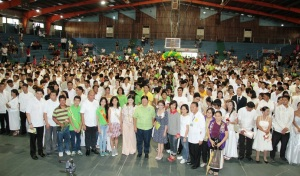 200 COUPLES EXCHANGE I DO'S - At least 195 couples sealed their marriage vows with Mayor Belen T. Fernandez (center, first row), as solemnizing officer, in the city's June Bride Mass Wedding at the People's Astrodome on June 26. Standing as honorary sponsors were 4th District Congresswoman Gina P. De Venecia represented by her daughter Carissa Cruz Evangelista (8th from left, front row), Dr. Arlene Ann DG. Sanchez (6th from right, front row), Councilors Jeslito C. Seen (2ndfrom left. front row) and Alipio Serafin D. Fernandez. Also present were Doris Zafra (5th from right, front row) of the Commission on Population in Region 1; City Councilors Marcelino Fernandez (5th from left, front row), Joey Tamayo (not in photo) and Alvin Coquia (left); and the officers of the Inner Wheel Lions Club (right). (Photo by Jojo Tamayo)