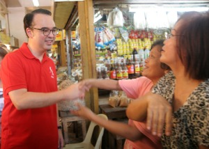 VENDOR'S HERO. Senator Alan Peter Cayetano is welcomed by vendors during his visit last September 15 at the Malimgas Market in Dagupan City for a meeting with vendors.CESAR RAMIREZ
