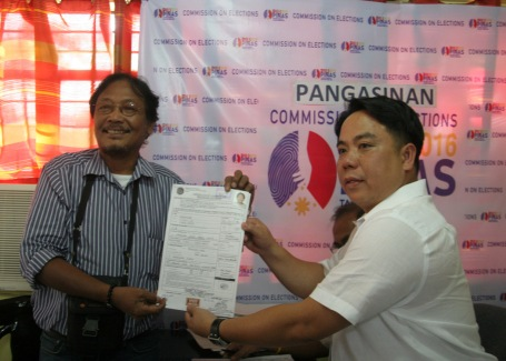 :NEWSMAN Virgilio Maganes submits his certificate of candidacy for governor to Lawyer Marino Salas, Comelec provincial election supervisor, in Dagupan City last October 16.CESAR RAMIREZ