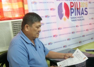 EARLY BIRD:Reelectiionist Pangasinan 1st district Rep. Jesus Celeste(left) receives his copy of his certificate of candidacy(COC) for the same position he filed last October 12 at the provincial office of the Commission on Elections in Dagupan City. Celeste is the first official in Pangasinan to file his COC.CESAR RAMIREZ
