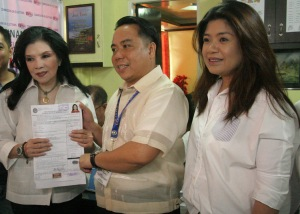 "COC. Reelectionist Pangasinan 3rd district Rep. Rosemarie ""Baby"" Arenas submits her certificate of candidacy(COC) for the same position to Lawyer Marino Salas, provincial election supervisor, during the first day of filing of COC in Dagupan City last October 12.At right is Arenas' daughter, former Rep.Rachel Arenas.CESAR RAMIREZ"