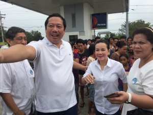 Samahang Industriya at Agrikultura President Rosendo So guides Senator Grace Poe as she wiggles in the crowd that warmly greet her in her recent visit in the 2nd Congressional District of Pangasinan.