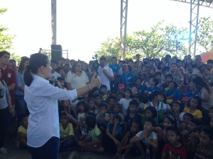 GRACE POE IN CALASIAO.  Presidential frontrunner Grace Poe consults with residents of Nalsian-Bacayao on the different issues and problems besetting the barangay, including the village's being going under water during typhoons and rainy season.