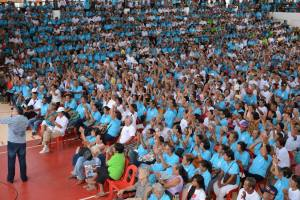 BIG CROWD. Mark Cojuangco addresses a big crowd of elderly from Alaminos City.
